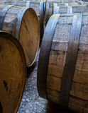 Oude Bourbonvaten die aan Hun Kanten leggen stock fotografie
