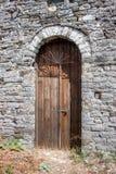 Oude bown houten deur in Gjirokaster Royalty-vrije Stock Afbeeldingen