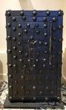 Oude brandkast met twee sleutels stock afbeeldingen