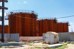 Oude brandstoftanks in de zomerdag Stock Foto