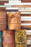 Oude brandstoftanks die totaal en grunge houten achtergrond leggen Stock Foto's