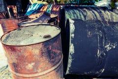 Oude brandstoftanks die totaal verwerkt in uitstekende stijl leggen Stock Afbeeldingen