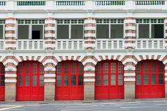 Oude brandweerkazerne met rode poorten Royalty-vrije Stock Afbeelding