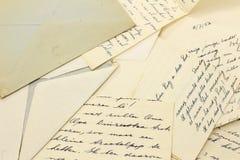 Oude brieven en een grungy envelop Royalty-vrije Stock Afbeelding