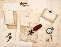 Oude brieven en foto's, uitstekende sleutels, antieke klok, veerinkt stock afbeeldingen