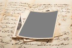 Oude brieven met beelden stock foto's