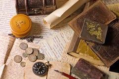Oude brieven met diverse dingen Stock Foto