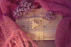 Oude brieven met sering op zachte sjaal stock afbeeldingen