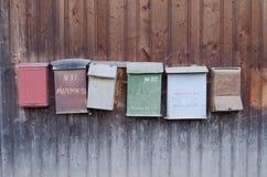Oude brievenbussen op een houten schuurmuur Royalty-vrije Stock Foto