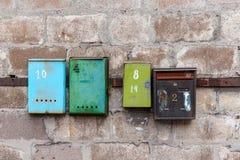 Oude brievenbussen op een oude vuile muur Royalty-vrije Stock Afbeelding