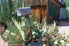 Oude brievenbuszitting voor een verlaten gebouw stock foto