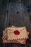 Oude brievenenveloppen met een waszegel op houten lijst royalty-vrije stock fotografie