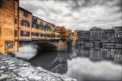 Oude brigde Florence en boten stock foto