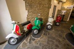 Oude bromfietsen in een garage, Florence, Italië royalty-vrije stock afbeeldingen