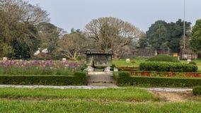 Oude bronsketel in de tuin van de Verboden stad, Keizerstad binnen de Citadel, Tint, Vietnam royalty-vrije stock afbeelding