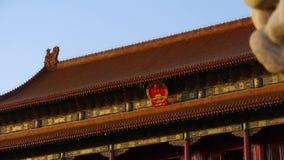 Oude bronsleeuw voor verboden Stad bij schemer, het Politieke centrum van China stock videobeelden