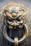 Oude bronsleeuwen als handvat van vat Stock Afbeeldingen