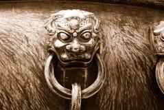 Oude bronsleeuwen als handvat van vat - in sepia Royalty-vrije Stock Fotografie