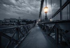 Oude brug bij regenachtige nacht Royalty-vrije Stock Afbeeldingen