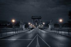 Oude brug bij regenachtige nacht Royalty-vrije Stock Foto