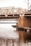 Oude brug boven rivier bij de zomer in Tampere, Finland royalty-vrije stock afbeeldingen