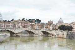 Oude brug in centrum van Rome Stock Afbeelding