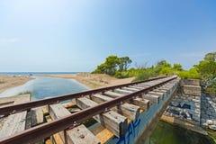 Oude brug in de verlaten spoorlijn van de Peloponnesus, Griekenland stock afbeelding