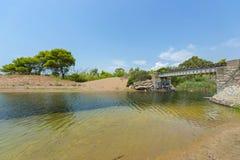 Oude brug in de verlaten spoorlijn van de Peloponnesus, Griekenland stock fotografie