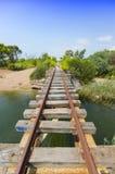 Oude brug in de verlaten spoorlijn van de Peloponnesus, Griekenland royalty-vrije stock foto