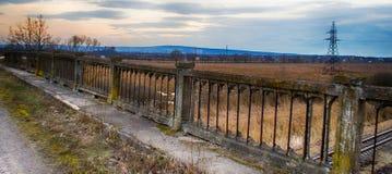 Oude brug dichtbij bos en dicht bij de spoorweg stock afbeelding