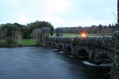 Oude brug dichtbij castels Stock Foto