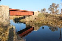 Oude brug en het de schaduw van ` s van koloniale tijd royalty-vrije stock afbeeldingen