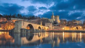 Oude brug en stadshorizon bij schemer in Avignon, Frankrijk stock footage