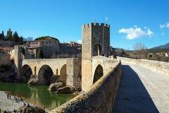 Oude brug en Vesting Besalu, Spanje Stock Fotografie