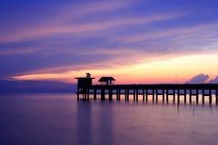 Oude brug en zonsondergang bij lied - khla Thailand Royalty-vrije Stock Afbeeldingen