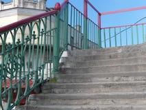 Oude brug met geschilderde leuningen royalty-vrije stock foto's