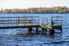 Oude brug met roestige metaalsporen Royalty-vrije Stock Fotografie