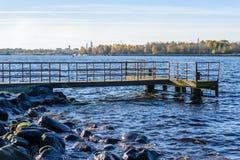 Oude brug met roestige metaalsporen Stock Foto