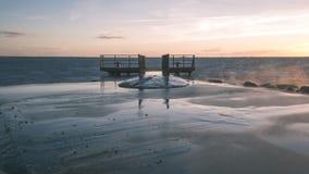 oude brug met roestige metaalsporen dichtbij zeehaven - uitstekende film e Stock Foto's