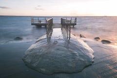 oude brug met roestige metaalsporen dichtbij zeehaven - uitstekende film e Stock Afbeeldingen