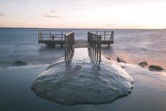 oude brug met roestige metaalsporen dichtbij zeehaven - uitstekende film e Royalty-vrije Stock Fotografie