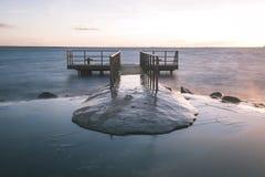 oude brug met roestige metaalsporen dichtbij zeehaven - uitstekende film e Royalty-vrije Stock Afbeeldingen