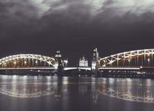 Oude brug Neva riverscape met Smolny-kathedraal en Bolsheohtinskiy-brug bij nacht St Petersburg, Rusland Stock Afbeelding