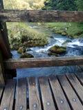 Oude brug over de kleine rivier Royalty-vrije Stock Fotografie
