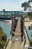 Oude Brug praktisch in Spoorwegruïnes op het Strand van Santa Cruz 2 juli, 2017 De Architectuur van de reisvakantie stock afbeeldingen