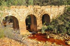 Oude brug, zure mijndrainage Stock Foto's