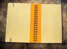 Oude bruine boekdekking stock afbeeldingen