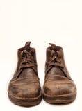 Oude bruine geïsoleerde laarzen Stock Foto