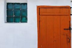 Oude bruine gesloten deuren en een venster Stock Fotografie
