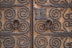 Oude bruine houten deur met metaalornamenten Royalty-vrije Stock Foto